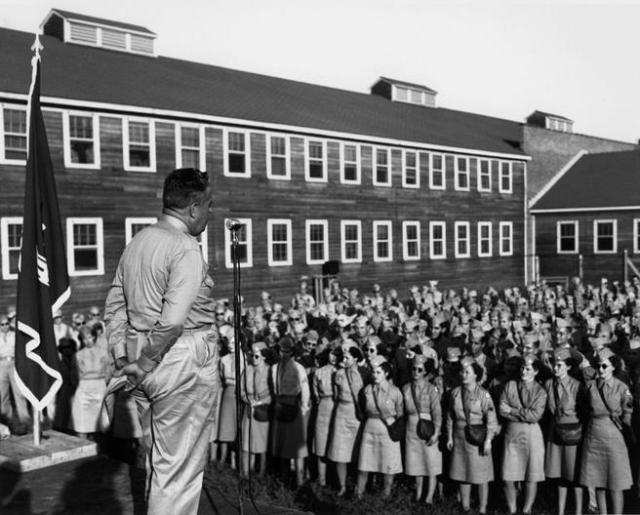 El general Leslie R. Groves dando un discurso en agosto de 1945.
