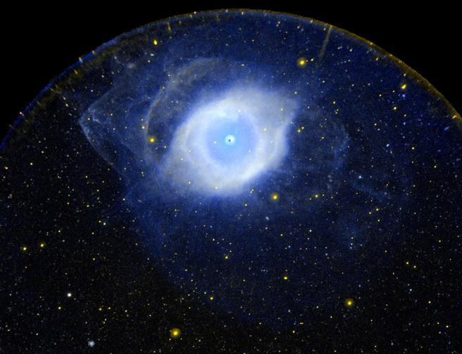 Una nebulosa planetaria (en la foto, la nebulosa NGC 7293, también conocida como Nebulosa Hélix) normalmente es simétrica rotacionalmente en uno o varios ejes.