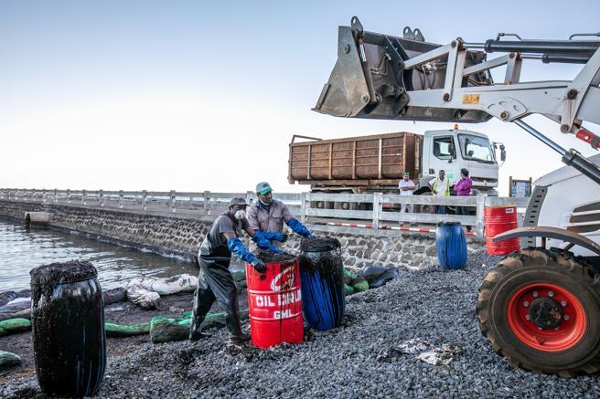 Trabajadores en la zona tratan de reducir el impacto de la catástrofe ecológica