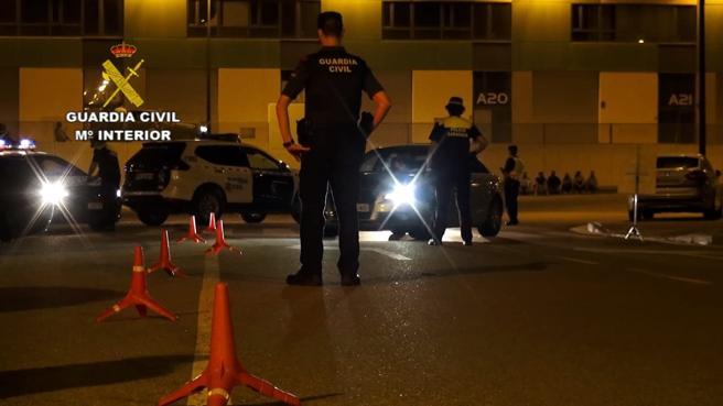 Efectivos de la Guardia Civil y de la Policía Local de Zaragoza, durante la actuación en el polígono industrial