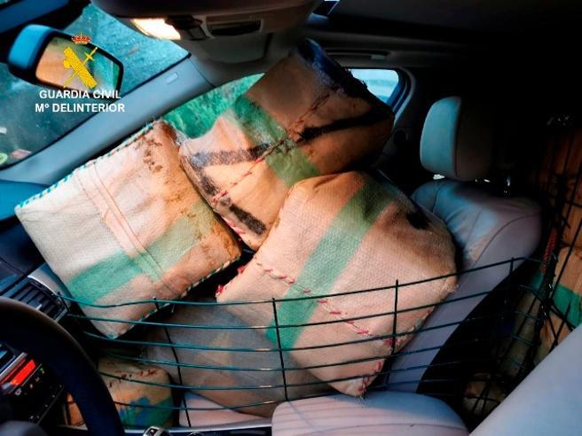 Los traficantes aprovechan al máximo al capacidad de los todoterrenos que usan para llevar los fardos, como ocurre con este de San Roque