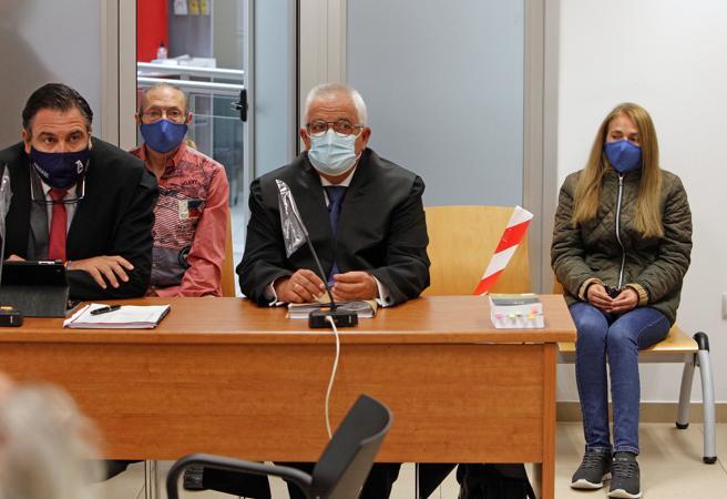 Concepción Martín, conocida como la viuda negra de Alicante, y Francisco Pérez, se sientan en el banquillo de la Audiencia Provincial este lunes en el que se inicia el juicio, con jurado popular
