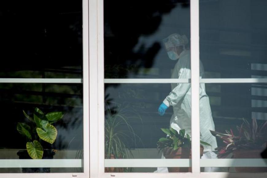 Una trabajadora en el interior de la residencia de Os Gozos, donde hay 112 los pacientes que han contraído el virus