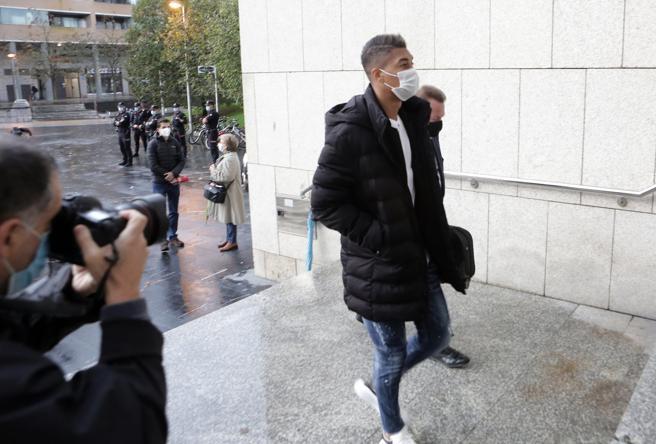 El ex jugador del Eibar Eddy SIlvestre (c) junto a su abogado llegan al Juzgado de San Sebastián