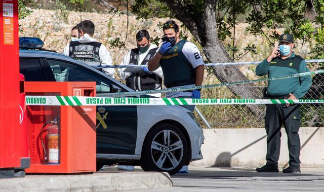 Miembros de la Guardia Civil, llevando a cabo una inspección técnico policial del lugar donde se halló el coche con los cadáveres