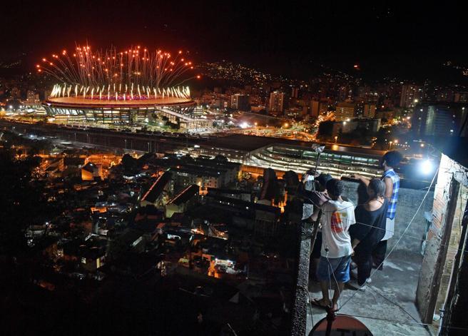 Vecinos de la favela de Mangueira, donde el crimen organizado controla sus calles, en una foto de archivo tomada durante la ceremonia de apertura de los Juegosl Olímpicos de Río 2016