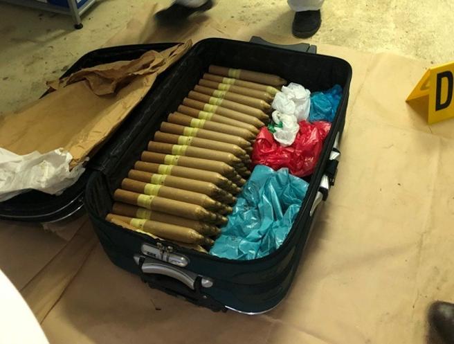 Cartuchos de material explosivo comprimido localizados en una maleta