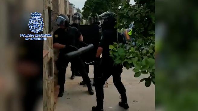 Unos policías, derribando la puerta de uno de los 18 inmuebles donde se realizaron entradas y registros