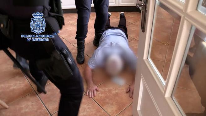 El traficante irlandés John Gilligan en el suelo de la cocina, encañonado por agentes de la Policía Nacional en Alicante