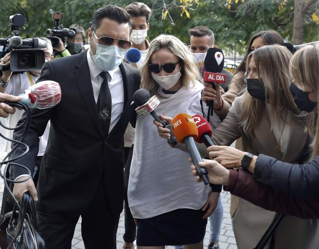 La esposa del productor televisivo y miembro del grupo musical La Trinca, Josep Maria Mainat, Angela Dobrowolski, acompañada por su abogado Jorge Albertini