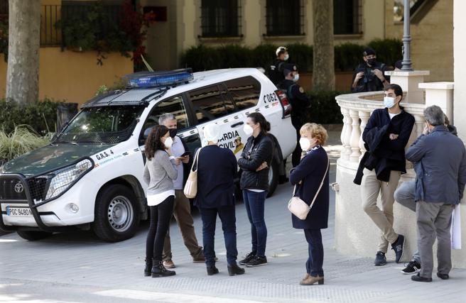 Agentes de la Guardia Civil custodian la puerta del ayuntamiento de Cabrera de Mar (Maresme)