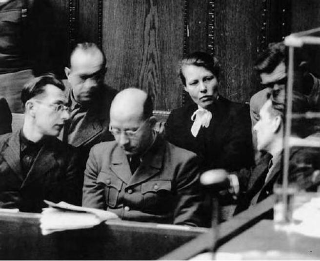 Herta Oberheuser, junto a otros acusados, en el juicio de Nüremberg