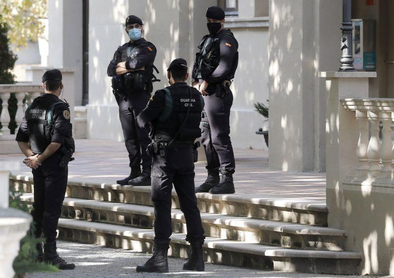 Agentes de la Guardia Civil custodian la puerta del ayuntamiento de Cabrera de Mar
