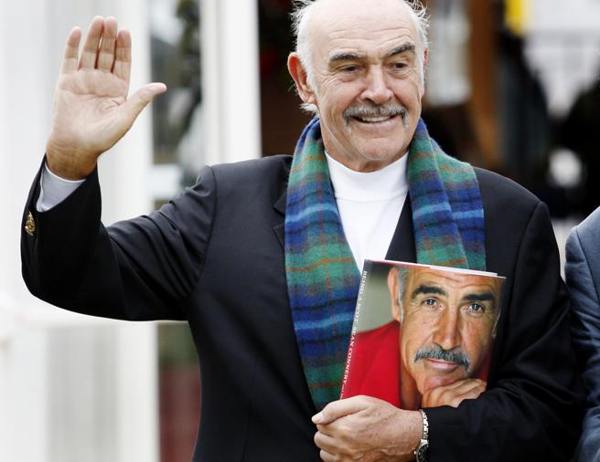 Sean Connery posa con su libro titulado 'Being a Scot' en 2008