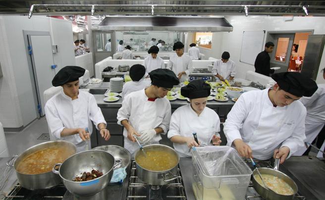 Alumnos durante unas prácticas en una escuela de hostelería, en una foto de archivo