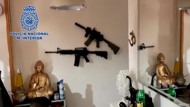 Los investigadores intervinieron varias armas largas simuladas