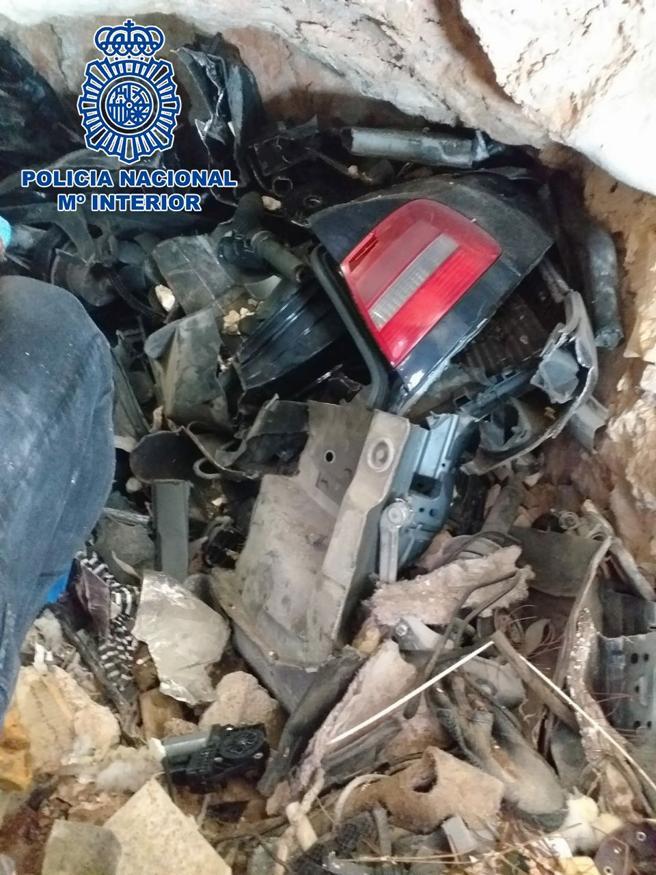 Alguno de las primeras piezas del coche recuperadas por la policía
