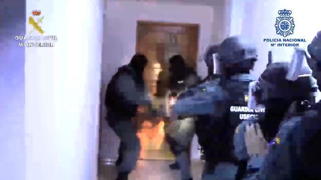 Una de las diversas entradas y registro que se practicaron durante el dispositivo policial