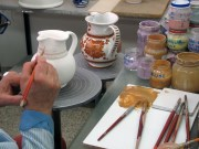 Decorazione di una brocca in ceramica