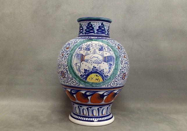 vaso in maiolica mani intrecciate e scritta fides omnia