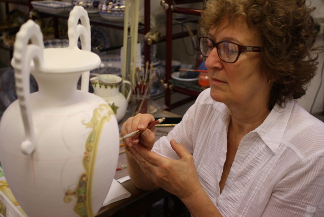 The ceramist Laura Silvagni decorates an amphora