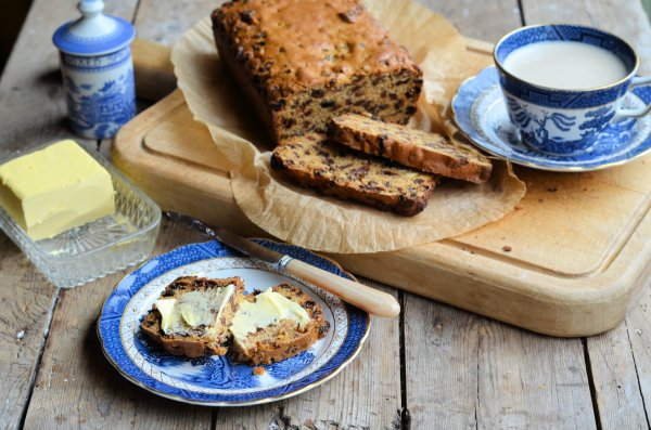 "Vintage Blue and White on Sepia Sunday: Farmhouse ""Teacup"" Spiced Fruit Loaf Recipe"