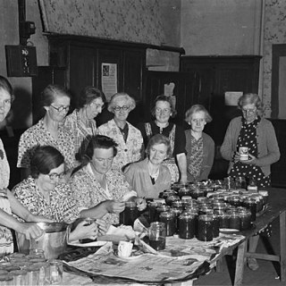 Members_of_Meifod_Womens_Institute_making_jam_