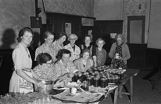 Members_of_Meifod_Womens_Institute_making_jam_
