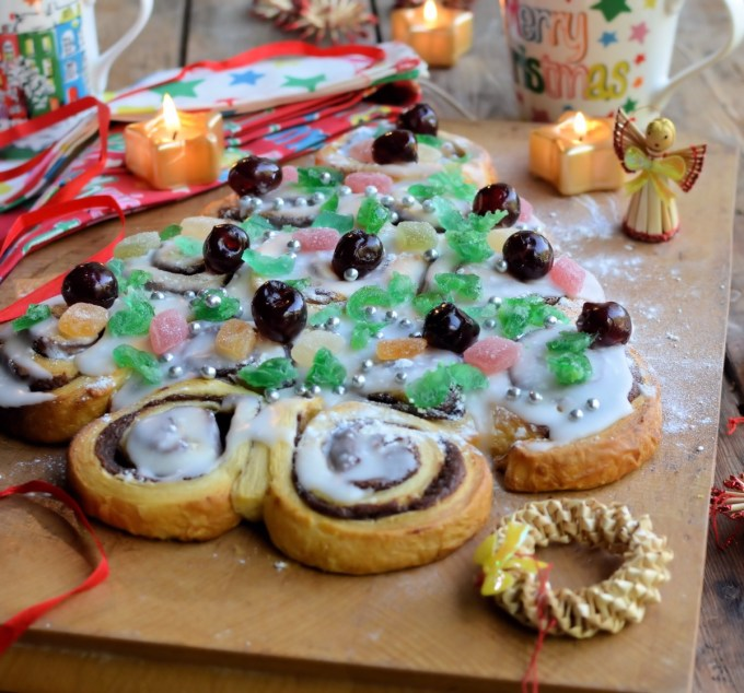 """Tear & Share"" Christmas Tree Cinnamon Rolls"