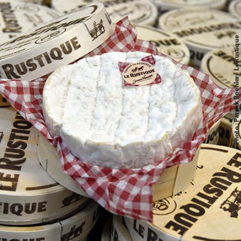 LE RUSTIQUE, SIMPLE, WITH AN AUTHENTIC FLAVOUR Over the years, Le Rustique became a fixture in French households. They can spot their favourite cheese in an instant, thanks to the wooden box with its heat-branded design and red and white Gingham cloth! It is said that a merchant with an excess stock of red and white Gingham cloth suggested to Jean Verrier that he could use them to present his famous Camembert, in a simple, authentic style.