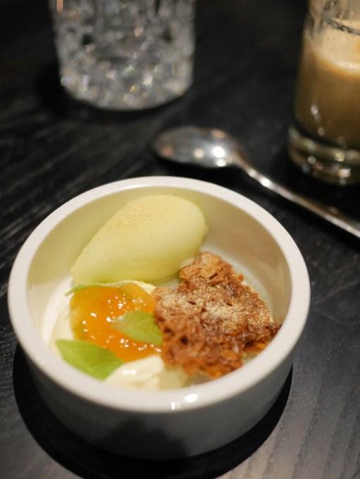 Apple sorbet, oat biscuit & yoghurt creme