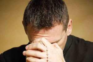 sacerdote-che-prega