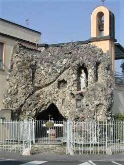 Maleo-grotta di Lourdes nel giardino della casa delle suore