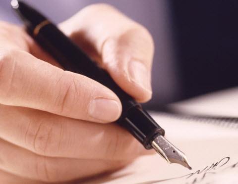 Resultado de imagen de hombre sentado escribiendo cuaderno cuadriculado con pluma