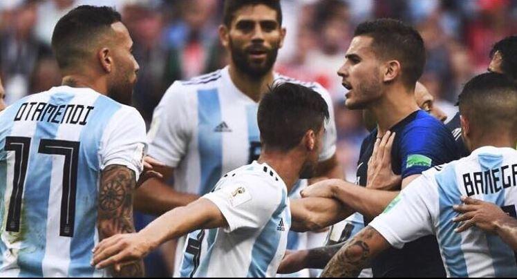 Lucas rodeado de rivales en los octavos de final frente a Argentina