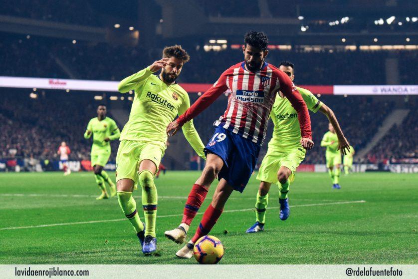 Diego costa en pugna con Piqué. Foto: Rubén de la Fuente