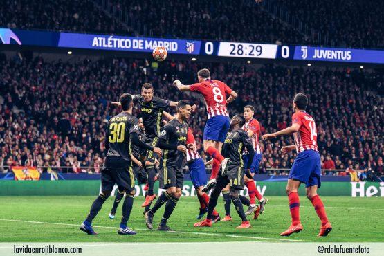 Saúl se eleva sobre la defensa de la Juve. Foto: Rubén de la Fuente