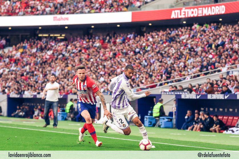 Saúl pugna con el rival en el partido frente al Valladolid. Foto: Rubén de la Fuente