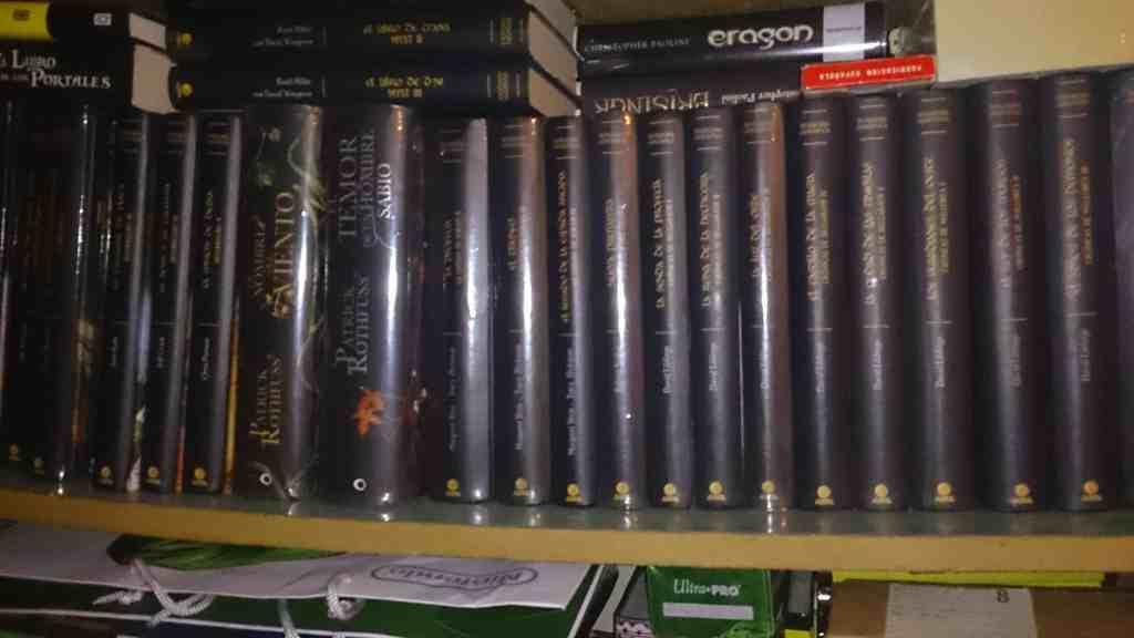 Una foto con mis 100 libros de ficción y unos cuantos más de no ficción