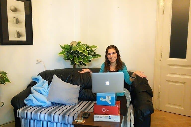Detrás de la cámara: escribiendo este artículo desde mi apartamento en Belgrado. Una amiga y yo nos escapamos allí durante un mes y pico, como buenas nómadas digitales.