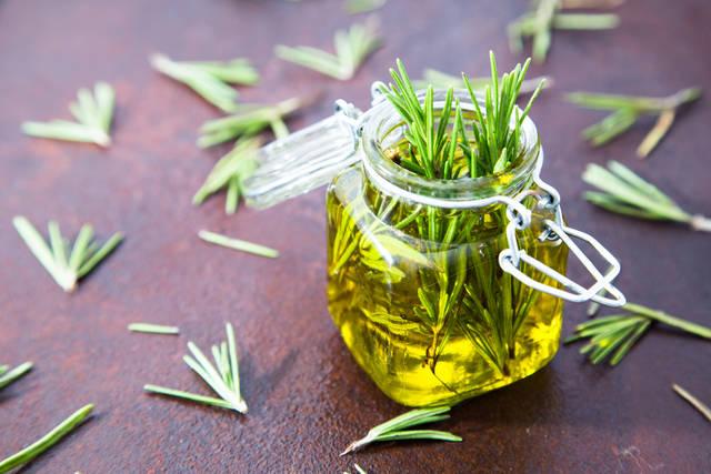 el aceite de romero estimula el crecimiento de la barba