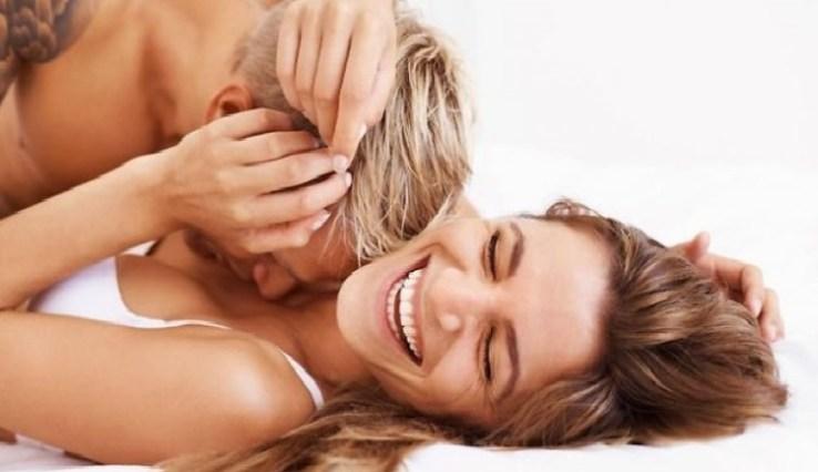hombre enamorado besando pecho de mujer