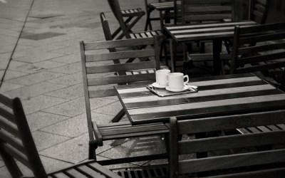 _ au café _