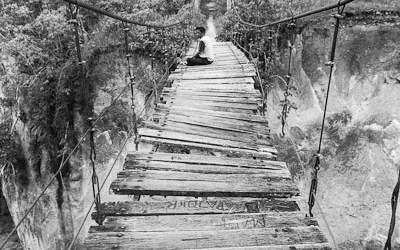 Méditation sur un pont en bois