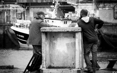 Conversation sur le port