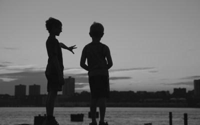 Enfants jouant sur les bords d'Hudson River, NYC.