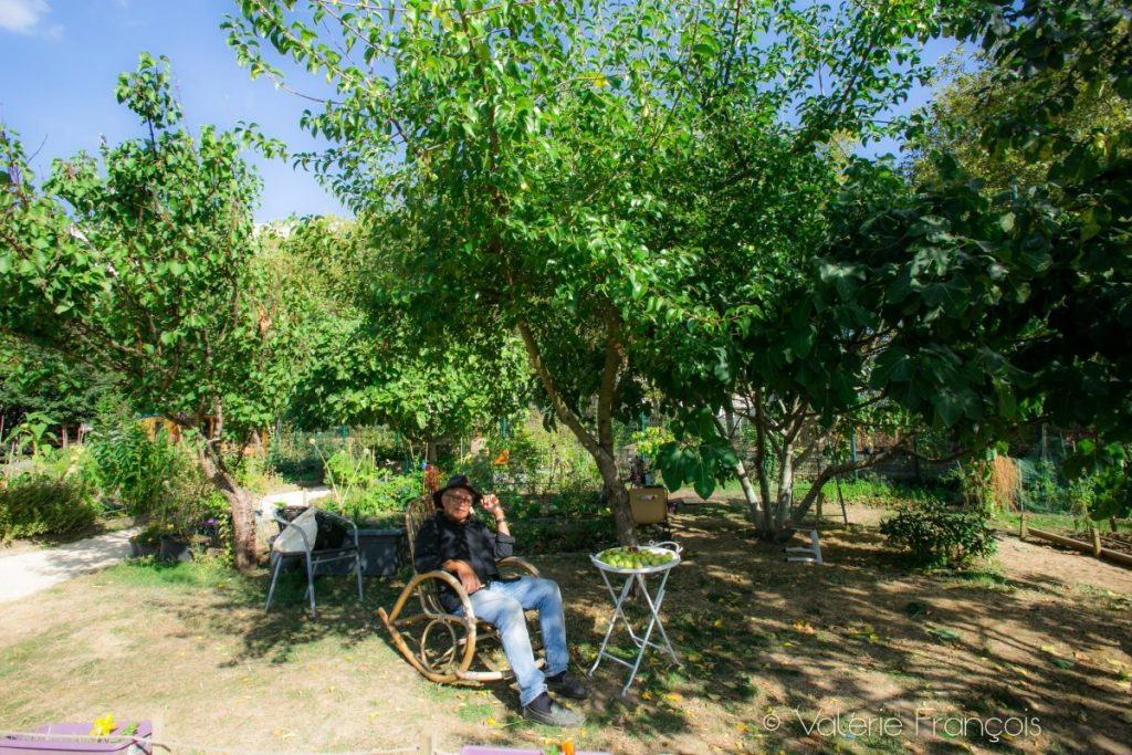 Enclavé entre le centre social, la maison de l'emploi, le stade et les immeubles, le jardin Forestois est une véritable petite bulle verte de calme et de sérénité au cœur d'un quartier de Meudon-la-Forêt.