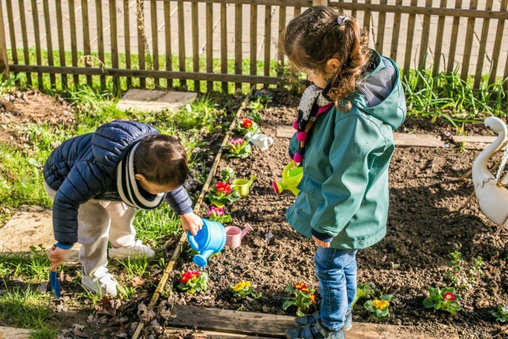 Les enfants dans le jardin partagé à Issy-les-moulineaux