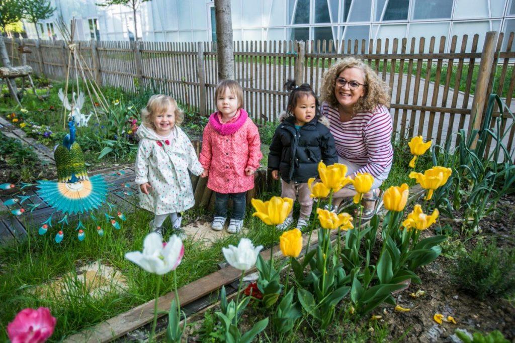 Myriam avec ses petits jardiniers dans potager des assistantes maternelles