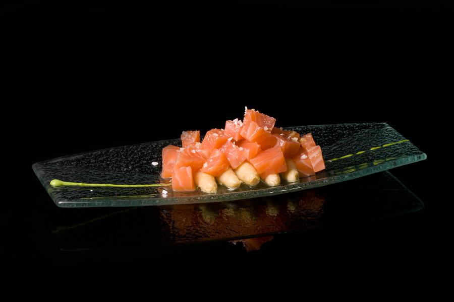 Salmón marinado con espárragos blancos